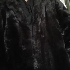 Jakke fra Zara str. S i fake fur. Den er meget blød, og er god varm. Ingen slid og har hætte bagpå 🌟