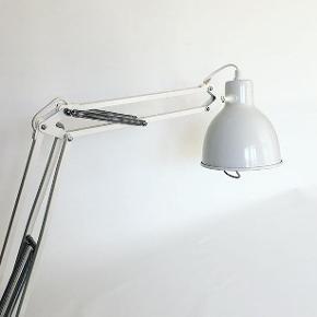 Hvid Luxo arkitektlampe i nærmest ny stand. Desværre er det ikke det originale bordbeslag. Lampen koster 300 kr. #luxolampe #luxol2parabol #l2parabol #luxol2 #arkitektlampe