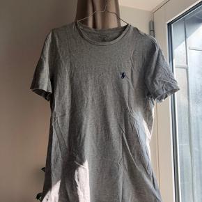 Klassisk Ralph Lauren t-shirt med mørkeblå hest. Købt i magasin i herre afdelingen. Den er brugt få gange❤️  Materiale: 100% cotton  Nypris 399,- Min pris er fast❤️ Køber betaler fragt