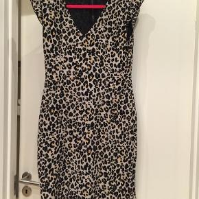 Fin kjole har kun været på 1 gang, så nærmest ny, super klassisk kjole! Smid et bud  Midi Farve: Leopard Oprindelig købspris: 300 kr.