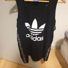 Fed Adidas Originals tank top, det er str XL men er lidt lille i str. Aldrig brugt. Giv et bud