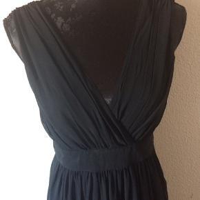 Esprit - kjole Str. 36 Næsten som ny Farve: sort Mål: Brystvidde: 94 cm hele vejen rundt Livvidde: 76 cm hele vejen rundt Længde: 100 cm Køber betaler Porto!  >ER ÅBEN FOR BUD<  •Se også mine andre annoncer•  BYTTER IKKE!