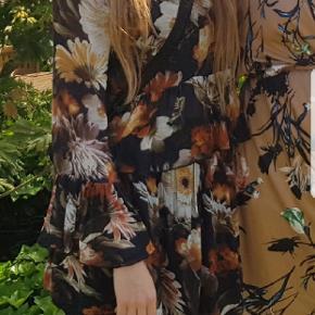 Super fin blomstret nederdel fra Gestuz Jeg er 166, og den går mig til midt på låret 🌼