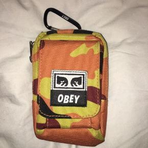 Lille coinpurse taske som du kan klipse i bæltestroppen eller på en anden taske. En tlf kan lige være der - lynlås og flere små rum.
