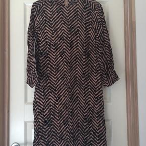 Super fin Malene Birger kjole der aldrig har været brugt.   Farve: sort/mauve Trekvart ærmer  Køber betaler fragt