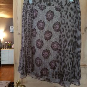 Smuk nederdel med flot lilla mønster!