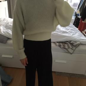 Cropped Wool Blend Puff Sleeve Sweater from & other stories in size S. Fits a 34-36.  Shell: Wool 34%, Alpaca 34%, Polyamide 32%  Can be shipped (+39DKK) of picked up at Sydhavn.