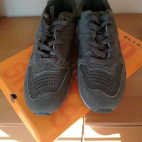 Helt nye blend sneakers str. 42 sælges. Mørk olivengrøn. Pris kun 200,- kr.