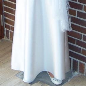 Flot lang og enkel konfirmationskjole fra Lilly Kun brugt 1 gang, men har gule skjuler under ærmerne fra en deodorant (derfor prisen), men tænker det kan gå af ved en rensning.  Kjolen er en størrelse 36. Prisen er inklusiv sjalet på billedet.
