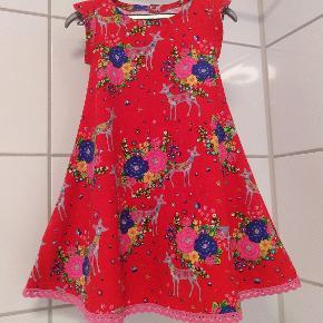 JAMBYMAJ Ny sød kjole med masser vidde, syet i babyfløjl med dådyr og blomster print Lykkes med lyserøde trykknapper i ryggen STR. 98