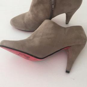 Fine grå støvletter i str. 37 kun brugt få gange. Har små brugstegn derfor den gode pris. Har mange flere sko/støvler på min side😊