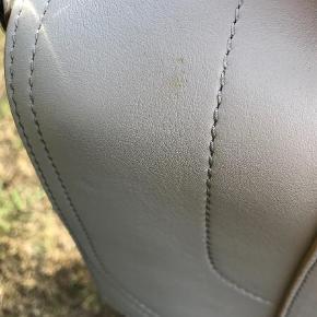 Proenza Schouler PS1 Large leather satchel.  Gråt læder med gult for og sølv hardware. Størrelse: Large (H: 29 B: 35 D: 12) masser af plads til computer, bøger m.fl.  Lang rem og håndtag. Kan bæres crossbody. Stand: Aldrig brugt, stadig med tags. Har en lille plet ved håndtaget, se sidste billede. (Ses ikke, men det skal nævnes)  Dustbag og tags medfølger.  Oprindelig købspris: 8.900 kr.  Mødes gerne og handler (bor i Aarhus/Risskov) da tasken er stor. Ellers betaler køber porto.