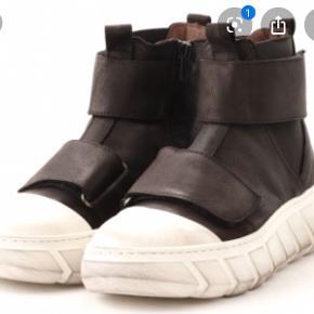 Super fede støvler fra Lofina. Rummelige i størrelsen.