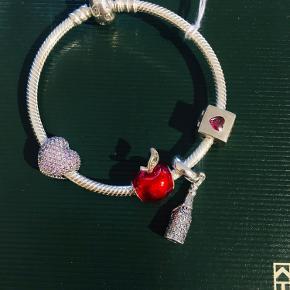 Armbånd med 4 charms på. Prisen samlet. Kan sælges separat. PB hvis du leder efter en særlig Pandora charm eller armbånd. Måske har jeg den.