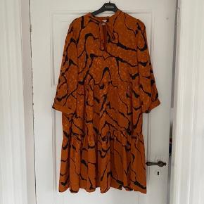 Gestuz kjole str. 38.  Brugt 2 gange og fremstår 100% som ny🧡  Kjolen er i to lag, da der er en indsyet underkjole. Nypris 1.000 kr.   Pris 348 kr. inkl. porto ved TS-handel ☺️