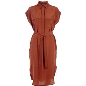Lang Silke kjole med binde bånd i taljen  Brugt 3 gange . Fremstår som ny