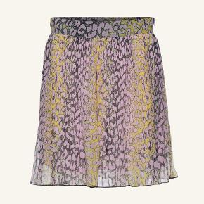 Sælger denne fine nederdel fra Ganni: 'Pleated Georgette Nederdel (phantom)'. Desværre aldrig kommet i brug. Jeg er normalt en str. 40 så vil mene at den passer en person i str. 40-42.