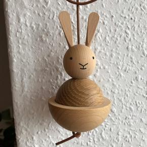Sød kanin i træ til at hænge op fra Oyoy 🐰 fejler ingenting! Nyprisen var 250 kr.   Bemærk - afhentes ved Harald Jensens plads eller sendes med dao. Bytter ikke 🌸  💫 Kanin træ trækanin ophæng dansk design oy oyoy