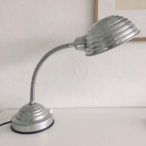 Skøn gammel arbejdslampe/natlampe, der kan justeres alt efter hvor lyset skal ramme. Afbryderknappen fungerer desværre ikke, men en ny kan sagtens monteres, hvis man er lidt handy. Ellers virker den upåklageligt.   Søgeord: HAY, Illums Bolighus, Royal Copenhagen, Muuto, Menu, Ferm Living, retro, vintage