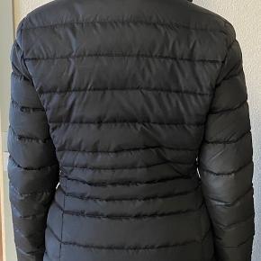 Sælger min Tommy jakke, som er brugt 1 sæson.  Den har ingen huller eller tegn på skade, dog er den lidt slidt som ses på billedet, derfor sælges den billigt. Den kan selvfølgelig altid renses hos et renseri.  En fin jakke, hvis ikke man vil give en formue, desuden varmer den meget godt. 😌 BYD gerne.
