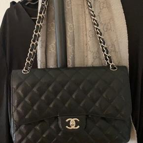 Jeg overvejer at sælge min smukke Chanel Jumbo double flap bag i caviar læder. Den fejler intet - andet end brugstegn man ikke kan undgå. Der medfølger alt det på billedet: Chanel pose, æske, dustbag, authenticity card, certificate of authenticity fra entrupy, og de to små Chanel 'bøger'. Derudover følger der kvittering med fra laulayluxury, som har livslang ægtehedsgaranti på sine varer. Den er fra 2011. Serienummeret er også helt intakt. Nyprisen er lige nu 52.000 - min mp er 30.000