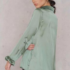 Helt ny satin skjorte i farven Duck Green fra Na-kd. Den er aldrig taget ud af emballagen eller prøvet på. Sælges da jeg har to