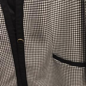 Fineste ternet vintage blazer med smukke detaljer som knappen og lommer.
