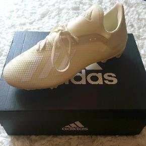 Helt nye og ubrugte fodboldstøvler fra Adidas i størrelse 39,5.