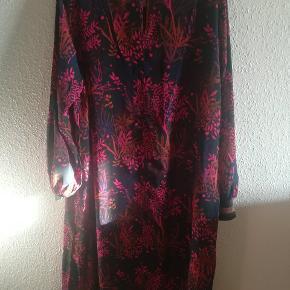 Kjolen har aldrig været brugt, har stadig prismærke på. Mp. 200kr plus porto. Handler gerne med mobilepay. Brystmåle er Ca 2x59,5cm.