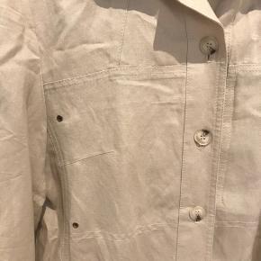 Vintage beige skjorte. Aldrig brugt. Er oversize og passer en normal 36.