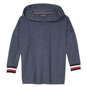 Tommy Hilfiger hoodie med prismærke sælges. Nypris 800kr. (Jeg sælger også bukserne dertil)