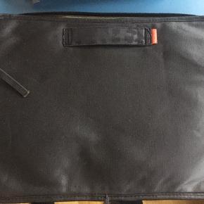 Pc taske, super lækker og rummelig.40x29x2 cm. Pris plus Porto