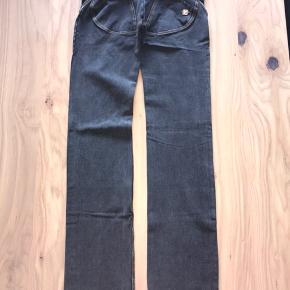 Mega lækre jeans fra freddy wr.up. Aldrig brugt.  Modellen er low waist i fuld længde, straight.  Sælger ud da jeg har al al alt for mange freddy bukser til jeg får dem brugt 😊