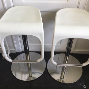 Barstole fra Ikea. Kan justeres i højden. Laveste højde er 56 cm - når de er højest er de 75,5cm. Foden måler 48cm i diameter. Sædet er 38cm på sit bredeste og 32cm på sit smalleste. Afhentes hurtigst muligt.  Maks belastning er 100kg.  Sæderne har lidt brugsspor, ellers er de pæne. Skal hentes på 2.sal på Frederiksberg.