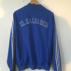 Gamle Adidas -trykket er slidt som vist på billedet plus et lille mærker (vist på billedet) ellers fejler den intet.