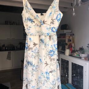 Fin sommerkjole fra vero moda. Lidt for stor til mig - derfor sælger jeg