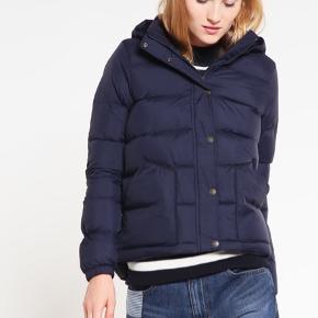 Sælger denne flotte vinterjakke fra Levi's, da jeg desværre ikke passer den. Aldrig brugt. Hætten kan tages af.   Mærke: Levi's Str.: S Farve: Mørkeblå