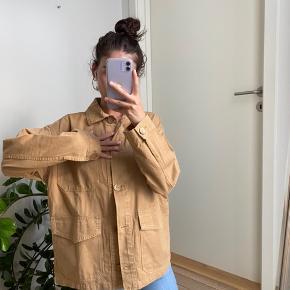 Farve: mørk beige Min højde: 171 cm høj! (Ca.) Materiale: 100% bomuld   Bæltet kan tages ud hvis man ønsker at bruge den som en skjorte!💁🏽♀️