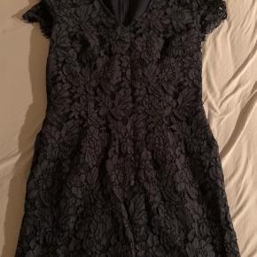 Rigtig flot mørkeblå kjole. Længden er til lige under knæet. Skriv for flere billeder