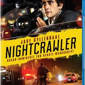 0529 - Nightcrawler (Jake Gyllenhaal) (Blu-ray) Dansk Tekst - I FOLIE   Nightcrawler  Jake Gyllenhaal spiller den drevne Lou Bloom, der pludselig får smag for den mere eller mindre lovlige branche, hvor fotografer ræser rundt om natten for at fange optagelser af trafikuheld og andre ulykker, som de kan sælge til nyhedstationerne, der er desperate for indslag, der kan tiltrække seere og dermed reklamepenge. Fidusen med Lou er bare, at han er sociopat. Han ejer ikke skyggen af et moralsk kompas, så da han først finder ud af at blod og død sælger, er han ikke til at stoppe.   Jake Gyllenhaal leverer sin karrieres bedste præstation i denne skarpe, intense thriller, der samtidigt fungerer som et indspark i en større debat om det moderne mediebillede og den nyhedsdækning vi har nu om dage. På et helt grundlæggende niveau er Nightcrawler dog samtidigt en vanvittig effektiv og stramt fortalt historie, der foregår helt ude på kanten af en meget stejl klippe.