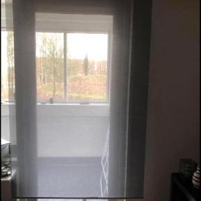Da vi har købt nye gardiner, sælger vi vores gamle. Der er tre til vinduer og en til dør. Dem til vinduerne er 120*195 og den til døren er 100*195 Sælges for 100 kr pr stk