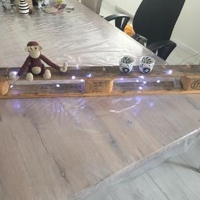Hjemmelavet trallehylde med kobbertråd til ophæng