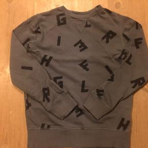 Lækker bluse i fra TH, vasket på vrangen, aldrig tørretumblet, ingen huller, ingen pletter, i flot stand.