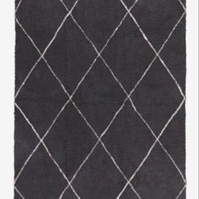 Sælger det her finde bomuldsgulvtæppe fra ellos i farven grå. Det er cirka 1 år gammelt og fremstår uden pletter eller tydelige brugstegn. Det står rigtig pænt.   Måler: 140*200cm  Kan afhentes ved Nørrebro st.
