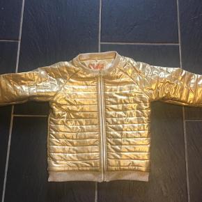 Varetype: JakkeFarve: Guld Oprindelig købspris: 299 kr.  Fed jakke lidt bomber agtig model Guld Se slid på billeder men fin i farven endn Byd