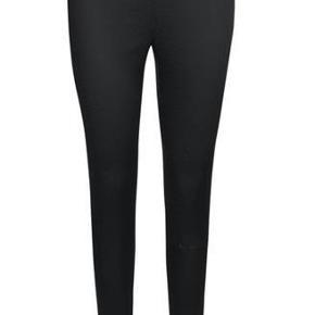 Varetype: Bukser med sort mønster Farve: Sort Oprindelig købspris: 900 kr.  Lækre bukser med sort mønstret print fra Storm & Marie.    Bukserne er smalle i modellen og super stretchy. Lukkes med lynlås i siden, og har den mest fantastiske pasform.    Kvalitet: 80% Acetat, 18% polyamid, 2% spandex