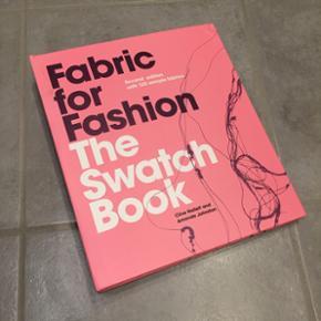 Fabric for fashion - The swatch book. Bog der fortæller alt du har brug for at vide om 125 forskellig metervarer og hvad de kan bruges til. Bogen er på engelsk. Den er helt ny, men fik en revne i coveret på forsiden under transporten.