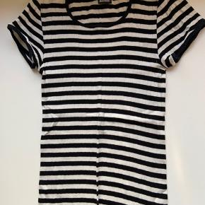 Sælger min dejlige Mads Nørgaard t-shirt i sort og hvid stribet💛 Der er ingen tegn på slid