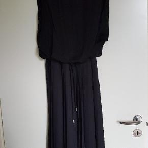 Virkelig flot og lidt anderledes kjole. Det er en str 36, men den er ret stor i str.