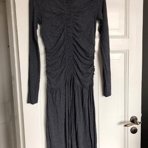 Maxi kjole i blød elastisk Jersey fra trend linjen. Skøn at have på.  Der står 38 i den men vil sidde fint på en 36 også.  Skal lige have et strygejern.  Køber betaler Porto.